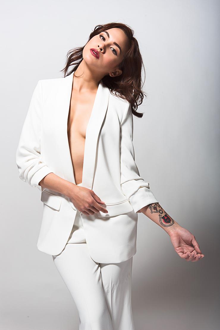 Femme en tailleur blanc